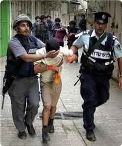 enfant palestinien face à des miliciens du faux-état-Israël