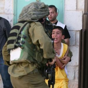 les milices criminels du faux-état-Israël réprimant des enfants