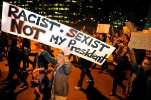 manifestante-brandit-pancarte-denoncant-Trump-raciste-sexiste-president-Denver-10-novembre-2016_1_600_399