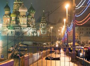 719635-le-corps-de-l-opposant-russe-boris-nemtsov-est-allonge-sur-le-pont-moskvoretsky-en-plein-centre-de-m